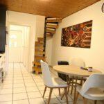 FeWo 7 Küche mit einer Sitzecke